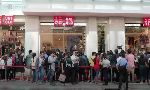Saigon shopaholics up at 3 a.m. for Uniqlo store opening  (EDITED)