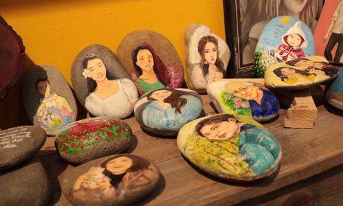 Pebble art conveys family solidity