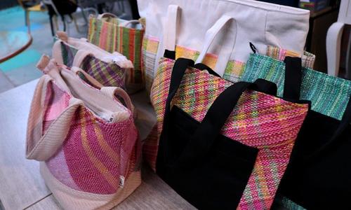 Saigon environmentalist weaves plastic, scrapped fabric tote bags