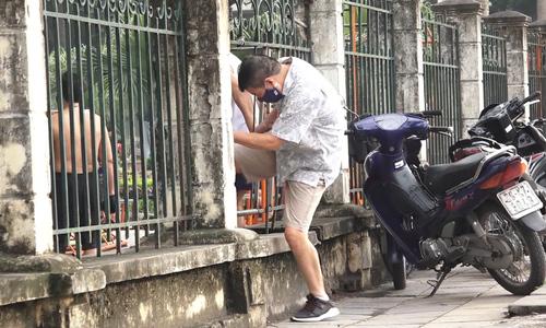 Hanoians ignore park entry restriction despite Covid-19 surge