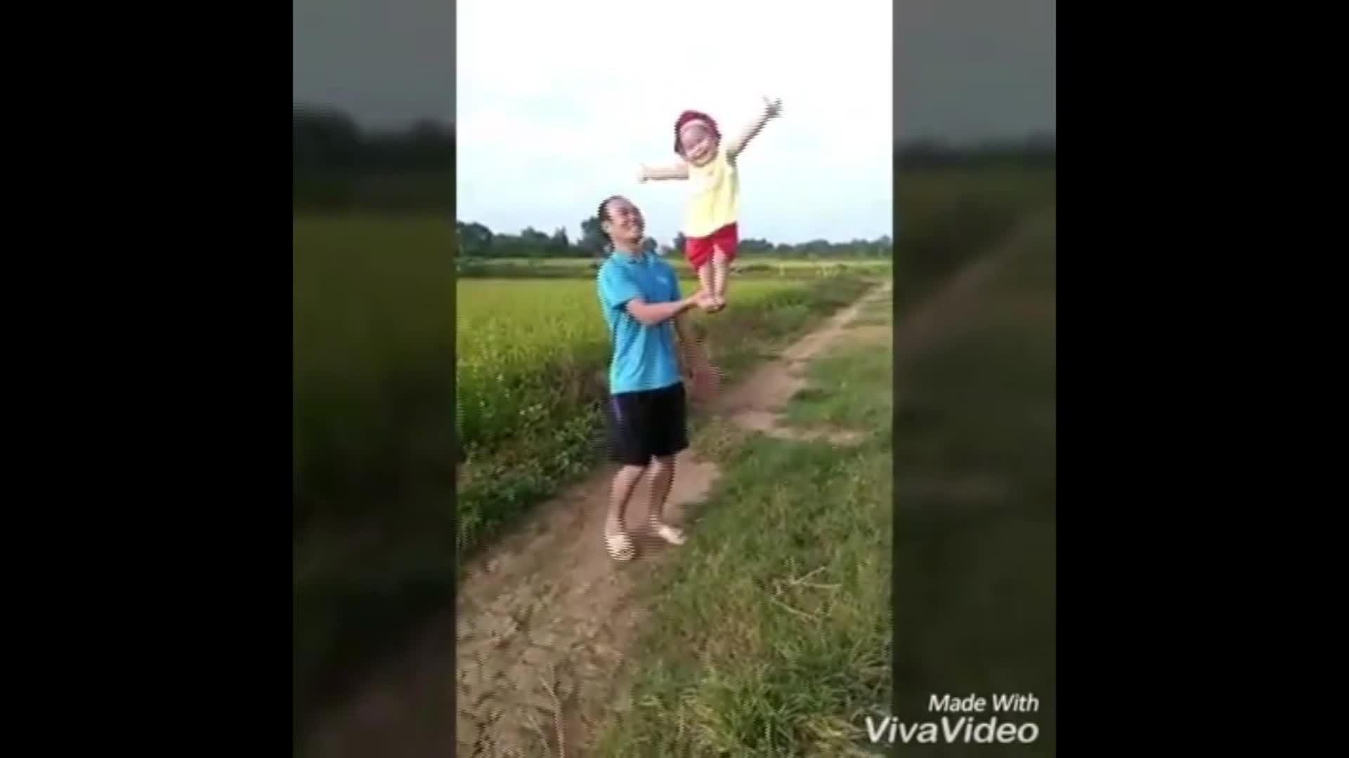 Mẹ trẻ nghỉ đẻ 3 năm để nuôi con trên vựa rơm, đồng cỏ