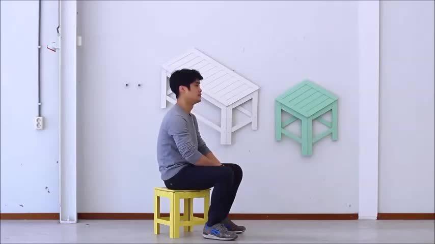 Bàn ghế biến thành món đồ trang trí trên tường