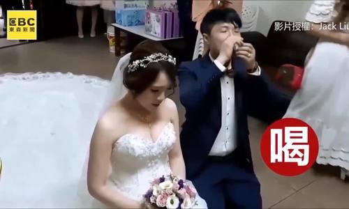 Chú rể ngửa cổ uống cạn chén trà đang định đâng mời bố vợ