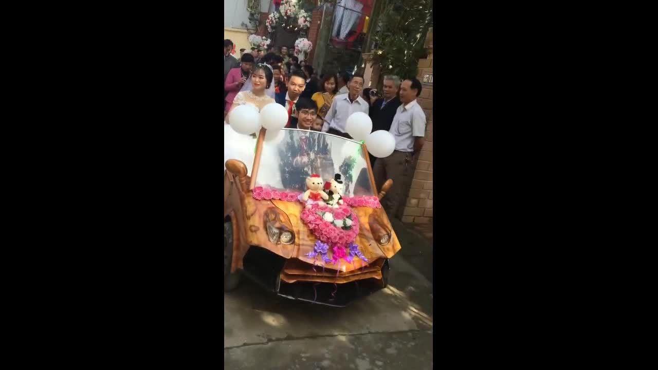 Chú rể Hà Nội rước dâu bằng 'xe Lamborghini' gỗ tự chế