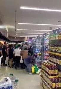 Tranh cướp nhau mua sữa trong siêu thị