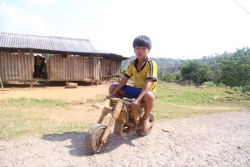 Chiếc xe gỗ tự chế của cậu bé Vân Kiều ở Quảng Trị