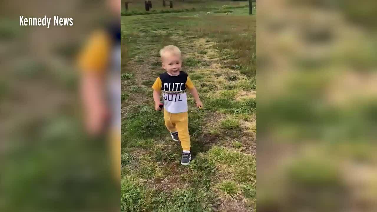 Cậu bé 2 tuổi hát bên mộ cha khiến triệu người xúc động