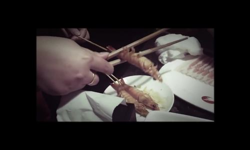 Bóc tôm bằng đũa