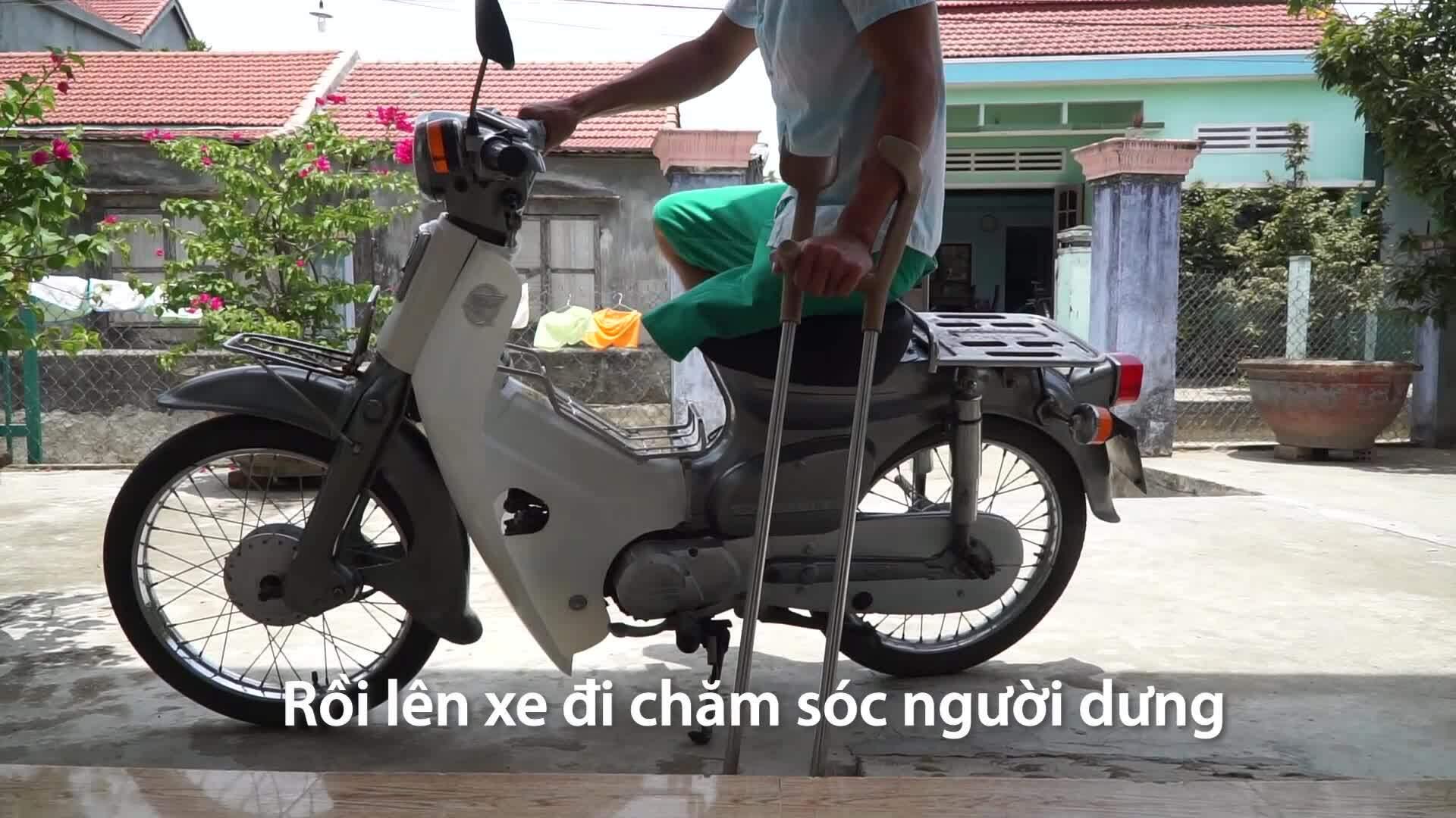 Người đàn ông một chân lái xe máy đi chăm người xa lạ