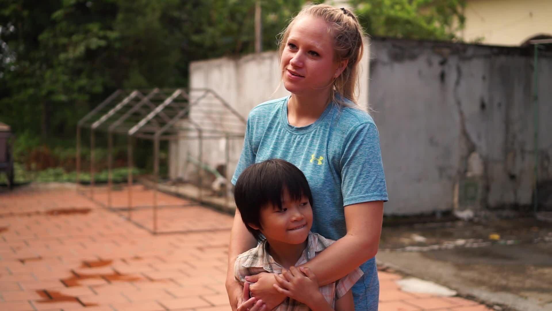 Tiểu thư Mỹ rời nhà sang nuôi trẻ Việt