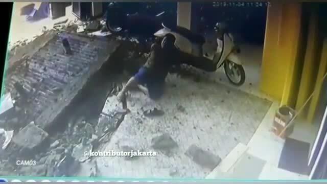 Sai lầm của nhân viên vệ sinh khiến bể phốt nổ tung