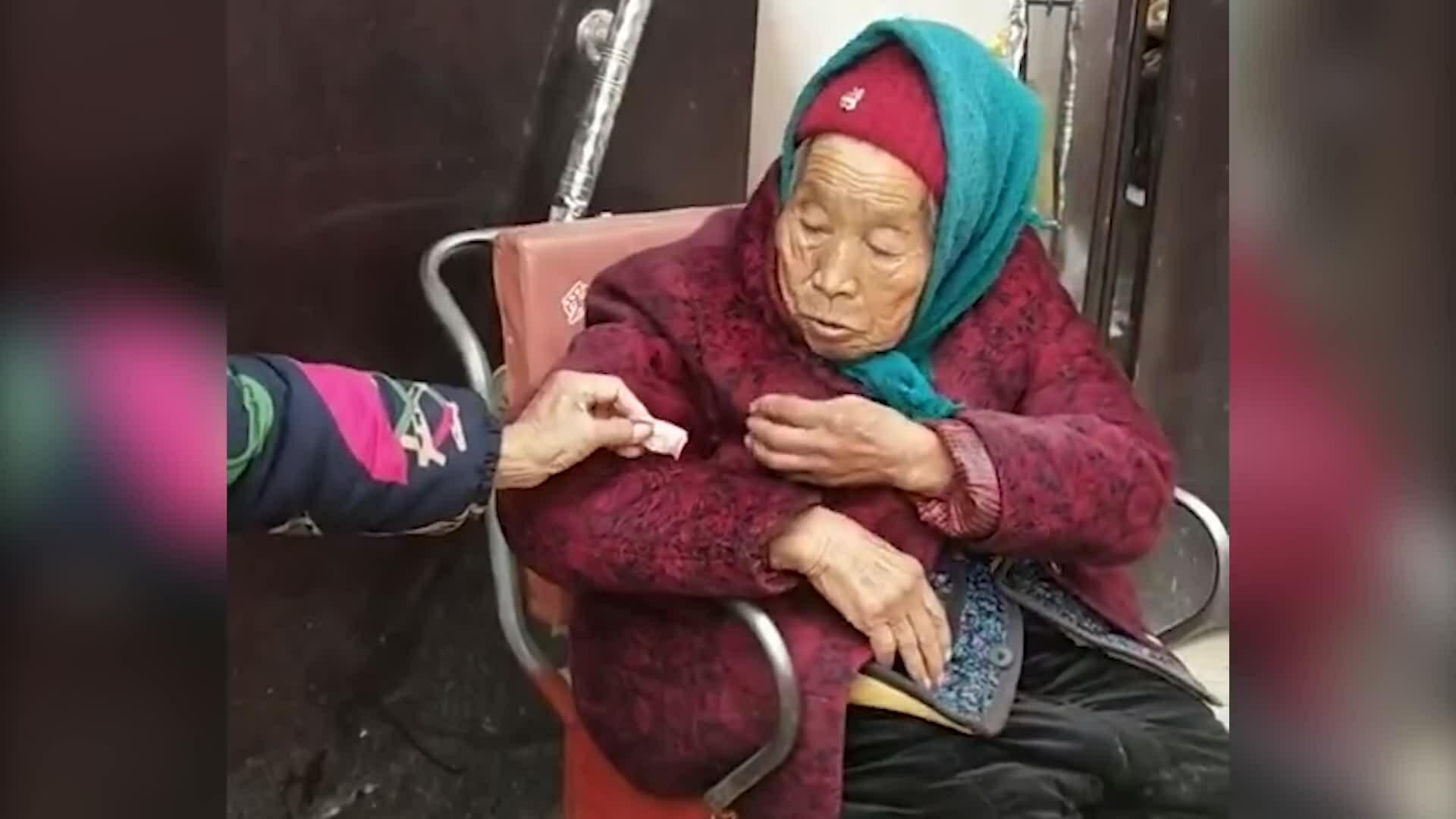 Mẹ già 107 tuổi chia kẹo cho con gái 84 tuổi