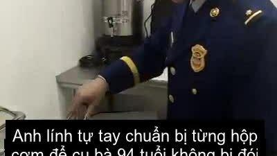 Lính cứu hỏa ba năm chăm cụ bà xa lạ