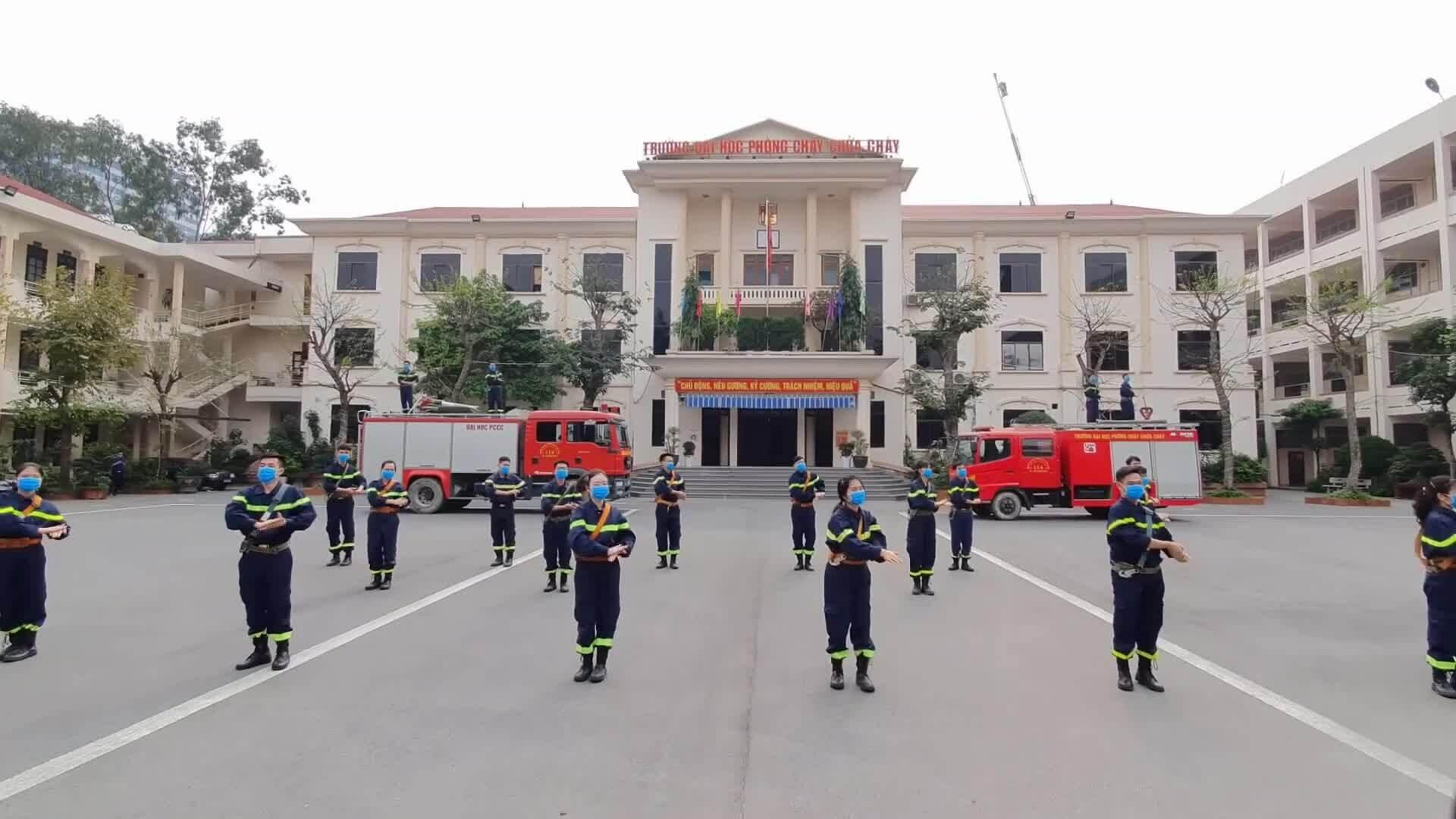 Nông dân, lính cứu hỏa, robot nhảy 'Ghen Cô Vy'