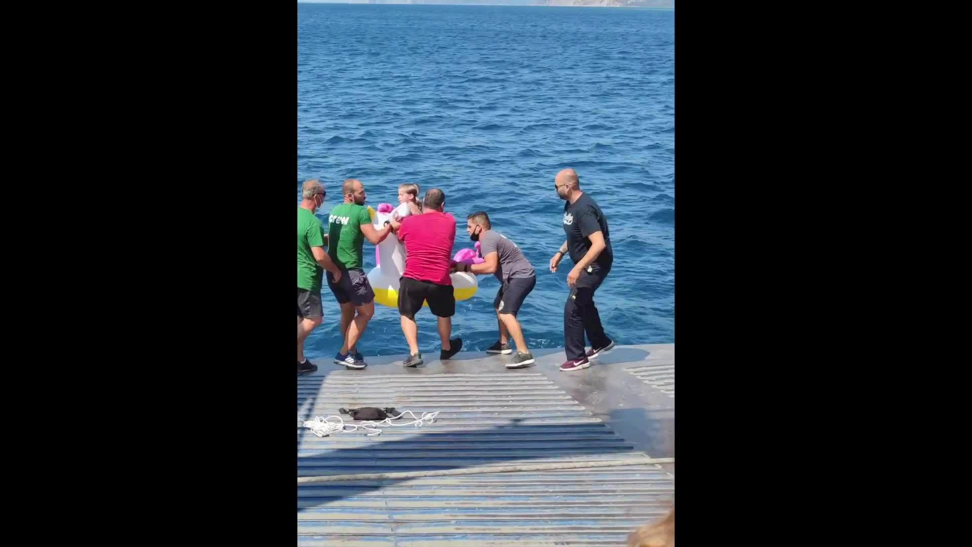 Cuộc giải cứu bé gái 3 tuổi cưỡi phao đồ chơi lênh đênh trên biển
