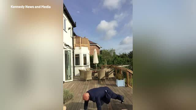Người đàn ông 60 tuổi chống đẩy để ứng tuyển
