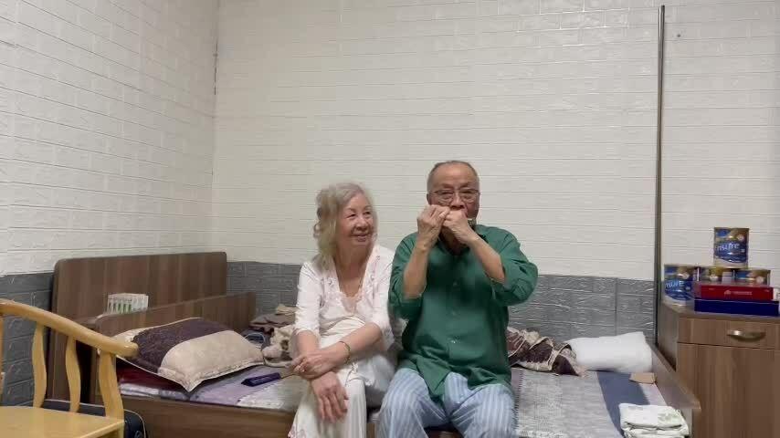 Tình yêu vĩnh cửu của cặp vợ chồng dắt tay nhau đi dưỡng lão