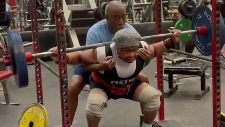 Người phụ nữ 79 tuổi nâng tạ 180 kg