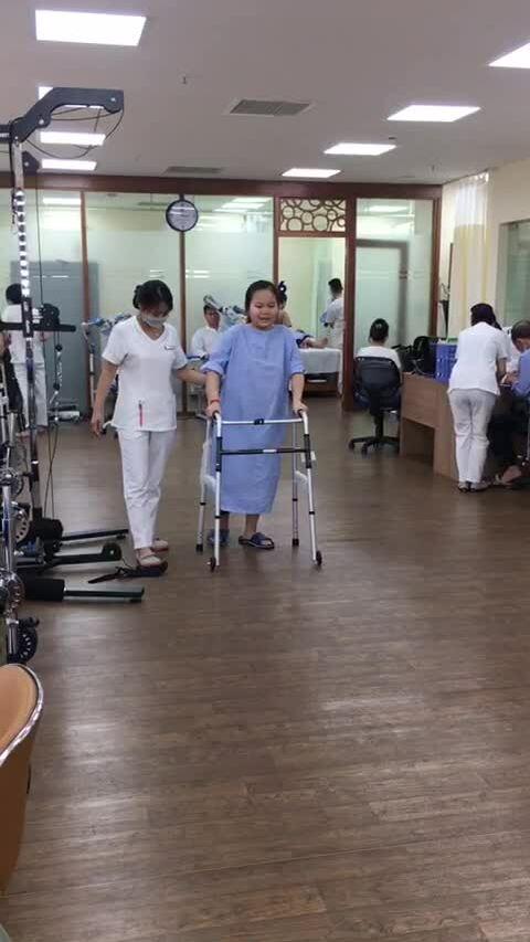Cô bé vượt 9 cuộc đại phẫu để giữ chân