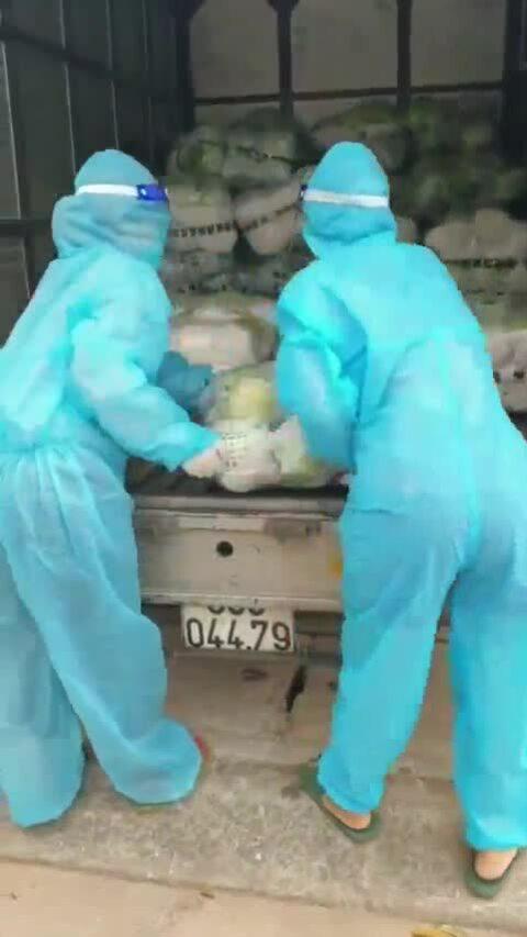 Hai phụ nữ lái xe tải đi tiếp tế trong tâm dịch