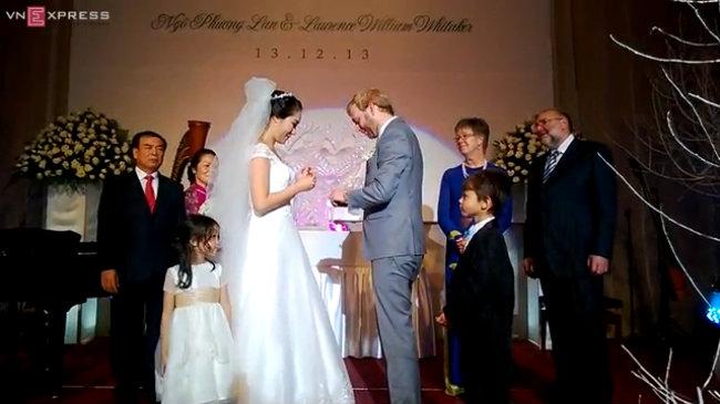 Cô dâu Ngô Phương Lan và chú rể Loz Whitaker trao nhẫn