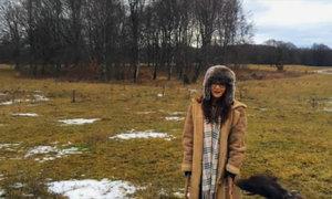Lan Phương nghịch với chú chó săn trong khu rừng ở Đức