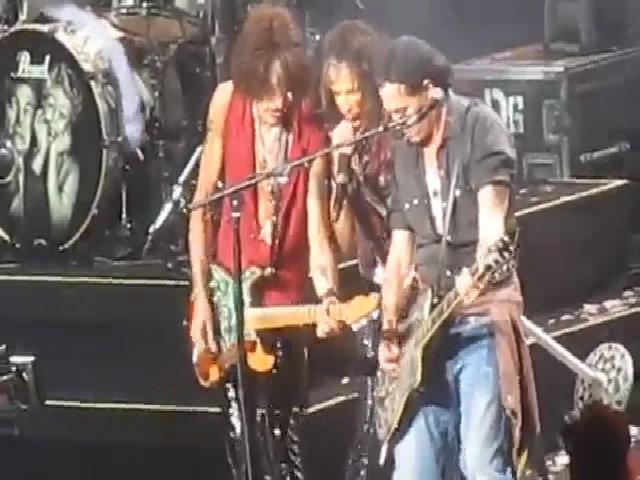 Johnny Depp chơi guitar cùng nhóm Aerosmith