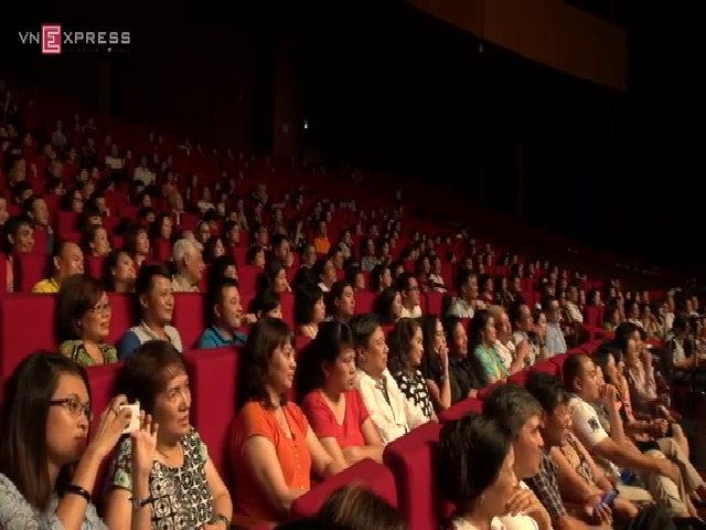 Khán giả đội mưa đến xem liveshow của ca sĩ Khánh Ly
