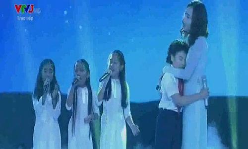 Hoàng Anh cùng Hồ Hoài Anh, Lưu Hương Giang hát 'Con có mẹ rồi'