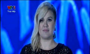 Kelly Clarkson hát 'A moment like this'