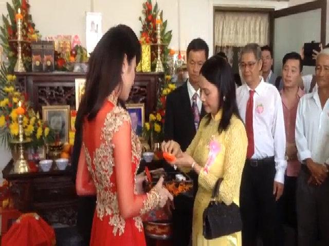Thủy Tiên nghẹn ngào trong đám cưới