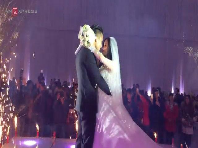 Tâm Tít hôn chồng ngọt ngào trong ngày cưới