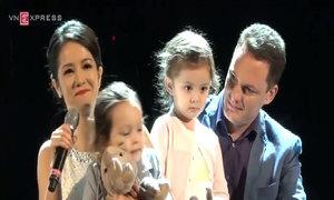 Hồng Nhung hát 'Earth Song' bên gia đình