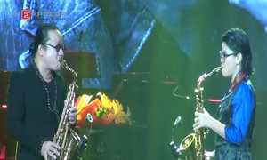 Nhệ sĩ Saxophone Trần Mạnh Tuấn biểu diễn cùng con gái