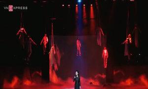 Khánh Ly hát 'Người già và em bé' giữa bối cảnh tang thương