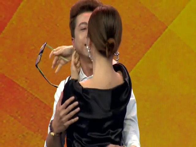 Lan Phương 'cưỡng hôn' bạn diễn trên sân khấu