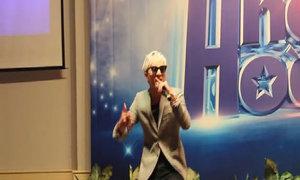 Thí sinh game 'Biến hóa hoàn hảo' trổ tài làm ca sĩ nổi tiếng