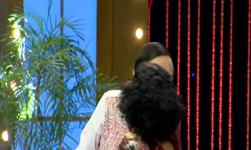 Thúy Nga hôn tới tấp Hoài Linh trên sân khấu