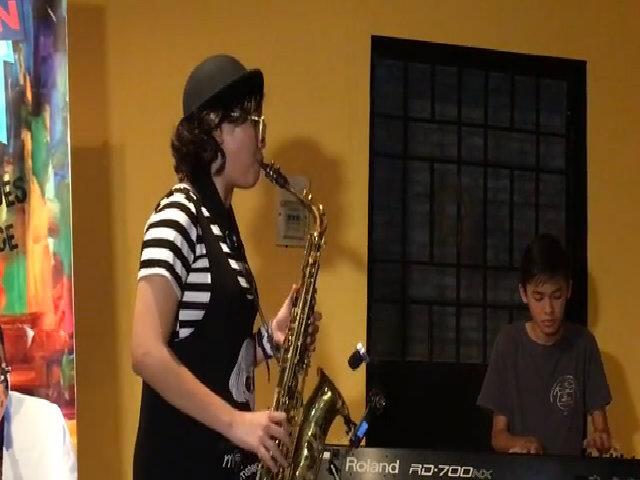 Con gái Trần Mạnh Tuấn thổi saxophone
