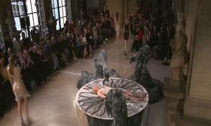 Sao 'Game of Thrones' nằm lên bục cho robot thiết kế váy