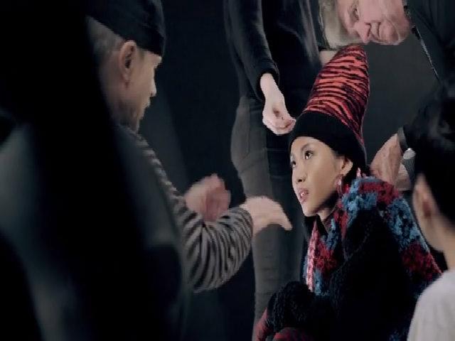 Suboi tạo dáng khi quay quảng cáo của Kenzo x H&M