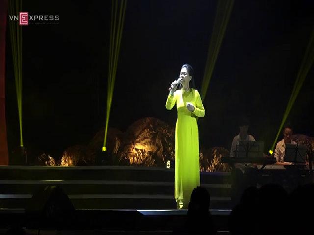 Khánh Ly hát 'Hạ trắng'