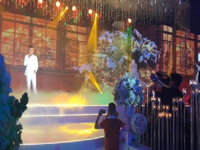 Trấn Thành hát đón Hari Won vào sảnh tiệc làm lễ