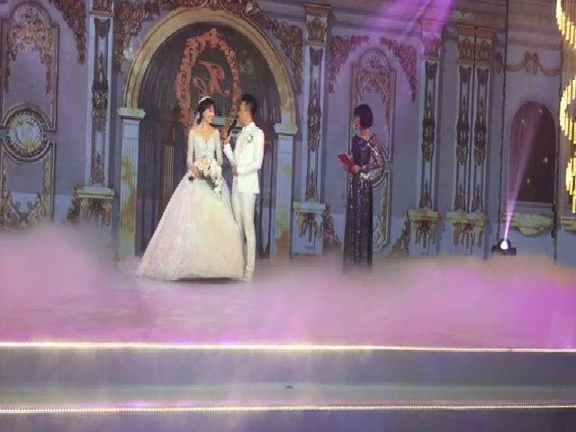 Trấn Thành và Hari Won trao nhẫn cưới cho nhau