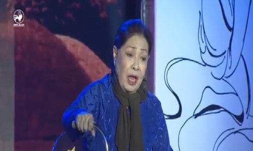 Ngọc Huyền òa khóc hôn tay nghệ sĩ 70 tuổi trên sân khấu