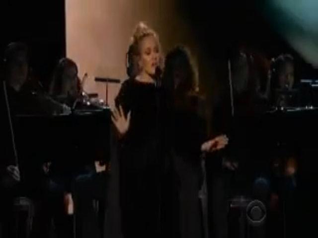 Adele dừng giữa chừng khi hát tưởng nhớ George Michael