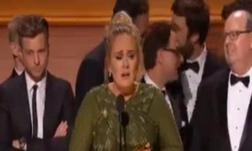 """Adele khóc khi nhận giải """"Album của năm"""""""