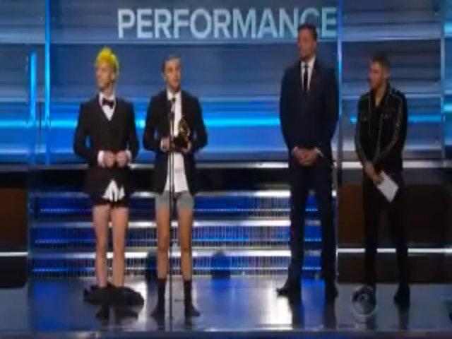 Twenty One Pilots mặc quần lót lên nhận giải Grammy