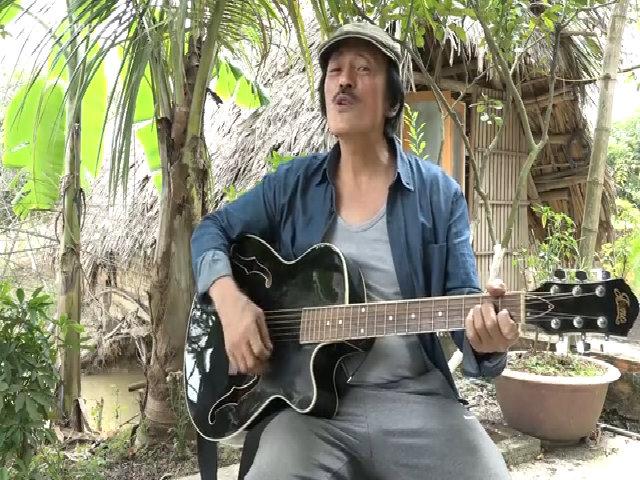 Nghệ sĩ Giang Còi đàn guitar hát bolero