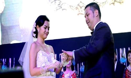 Phạm Quỳnh Anh và chồng trao nhẫn cưới